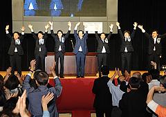 会場の声援に手を振って応える山口代表(中央)と国重氏ら=17日 大阪市